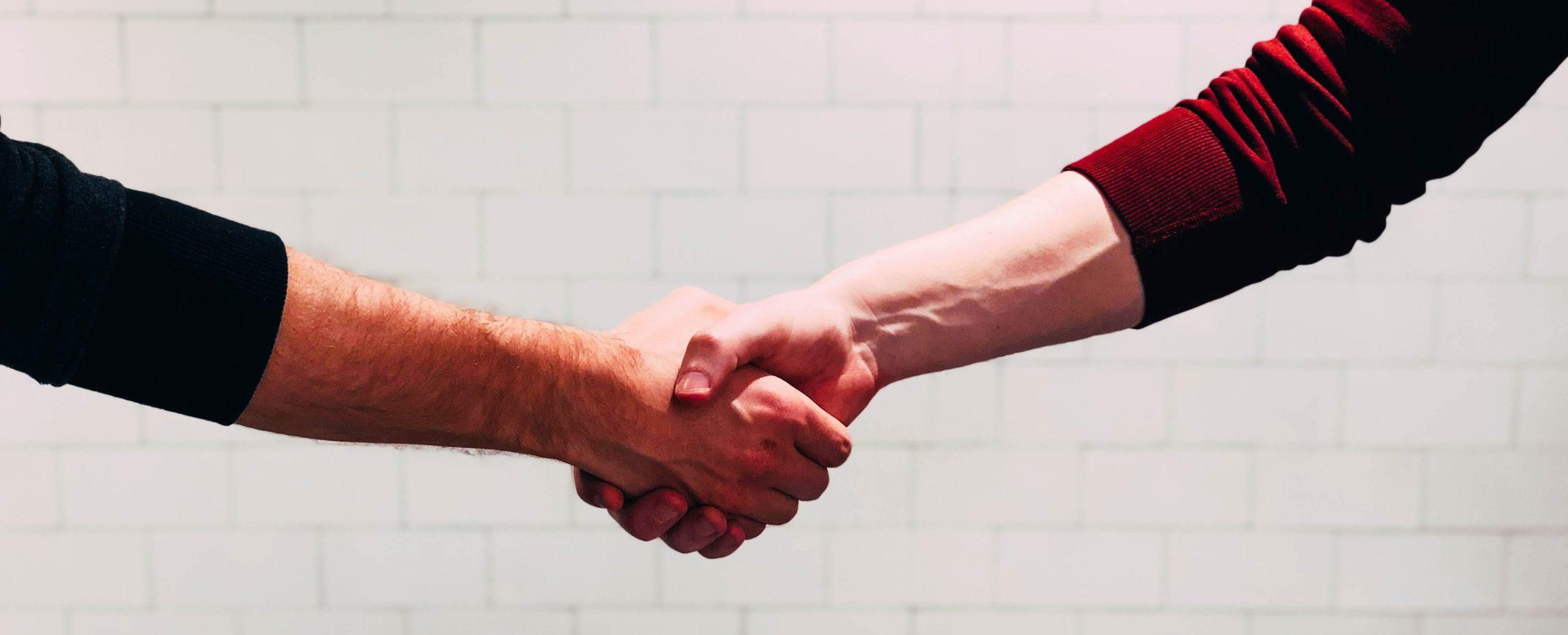 Zwei Personen die sich die Hände schütteln